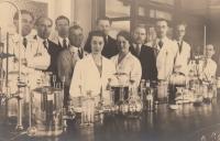 Anastáziin otec vlevo, v laboratoři Státního ústavu zemědělství - oddělení lukařsko-pastvinářské, za války