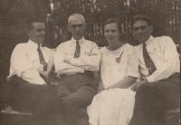 Anastáziina maminka Sofie s otcem (vpravo)  a dědečkem (uprostřed) 1925