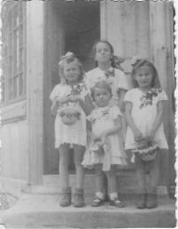 Kristina, nejmenší uprostřed, na svátek Božího tělo s polskými holčičkami ze sousedství, Wola Michowa, 1945