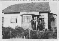 Kristina před domem uprostřed rodiny, přátel a sousedů, Wola Michowa, 1945