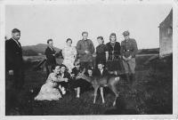 Kristina se srnkou, vlevo maminka a vpravo tatínkův bratranec, který později strávil 30 let ve vyhnanství na Sibiři, Wola Michowa, 1945