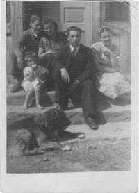 Kristina před domem s maminkou a příbuznými a se psem Burkem,  Wola Michowa, 1945