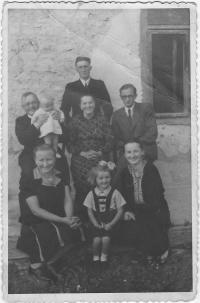 Kristina s rodiči, strýčky, tetou, babičkou a malým bratrancem, Vydraň, 22.7.1946