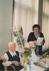 Kristina, s listem papíru v ruce, předsedkyně Sdružení ukrajinských žen v ČR, Praha 2003