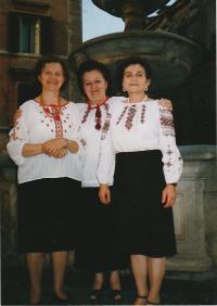 Kristina, uprostřed, na kongresu  Světové federace sdružení ukrajinských žen, Řím, 2003