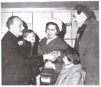 Tatínek vítá v Clevelandu české uprchlíky 1968