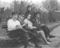 János Kokes s asijskými kolegy na studiích v Bukurešti, 1975
