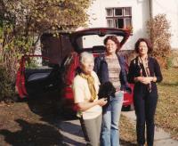 Na chalupě v Chotovinách u Tábora s manželkou, dcerami a pudlem, 2003