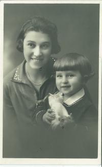 Markéta s maminkou, 1929