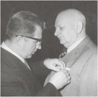 Otec Vilém Nový dostává vyznamenání od předsedy vlády Lubomíra Štrougala, 1984