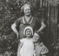 S maminkou a babičkou Kuličkou, asi 1935