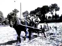 Otec pamětníka, sedlák Bohuš Bárta se synem Zdeňkem, po roce 1945