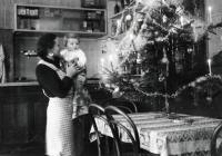 Erika Herudková s mámou v rodinné hospodě / Bolatice / Vánoce 1939