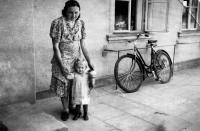 Erika Herudková s matkou před rodinnou hospodou / Bolatice 1941