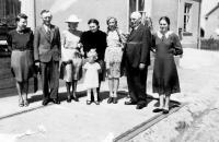 rodina Dudova před svou hospodou / Bolatice 1943