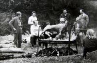 Společenská akce pořádaná Československým zahrádkářským a ovocnářským svazem v zahrádkářské kolonii (manžel pamětnice první zleva), Rotava, 80. léta