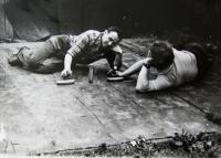 V zahrádkářské kolonii, gorodky, manžel pamětnice vlevo, Rotava, 80. léta