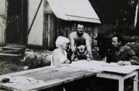 U sousedů na zahradě v zahrádkářské kolonii, manžel pamětnice nahoře, Rotava, 80. léta