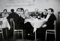 Sešlost ve Slovanském domě, pamětnice v černé blůze, její manžel vpravo do ní, Rotava, 80. léta