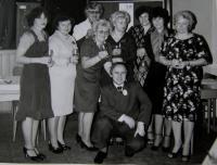 Soutěžní družstvo Textilany, pamětnice třetí zleva dole, Rotava, konec 80. let