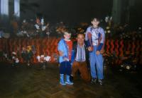 Manžel pamětnice s vnoučaty na výstavě ve Slovanském domě, Rotava, 1999
