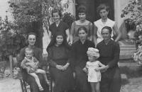 Na návštěv u rodiny v Albánii, uprostřed nahoře Angelina, před ní maminka Tina, vedle Tiny vlevo babička Sofia, Bilischt - Albánie, 1962