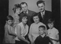 Tři sestry Lafazani s rodinami (zleva nahoře: Angelina s manželem Michalem, Risto Prešlenkov - manžel Leonidy, zleva dole: Zuzana Čmolová, Theodora Lafazani, Leonida s dětmi Ile a Dinka) Praha, 1965