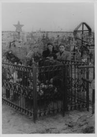 Pohřeb Eleni Lafazani, na fotce její manžel, Taškent - Uzbekistán, 1955