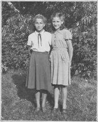 Sestry Lafazani, vlevo Theodora, vpravo Angelina, 1952