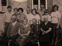 Zlatá svatba rodičů Johanna a Anny (sedící zleva: otec, matka, bratr otce s manželkou. Horní řada zleva: syn paní Kristy Jan, sestra Jana, Krista, manžel Josef, dcera Jana, bratranec s manželkou a synem), 1979