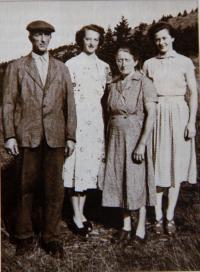 Krista s rodiči a sestrou na Dvoračkách, 1954