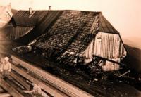 Tříletá Krista před rodným odmem den před zbouráním obytné části, 1936