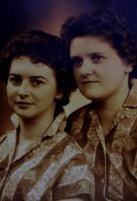 Společná fotografie s Anitinou kamarádkou, jmenovkyní a kolegyní z práce, Klingenthal, 50. léta