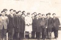 Te Do Hoang, třetí zleva se svou třídou V1, Holešov, 1969