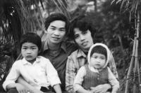 Te Do Hoang s manželkou a dětmi před druhým odjezdem do Československa, 1988