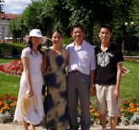 Te Do Hoang s manželkou a dětmi, 2004