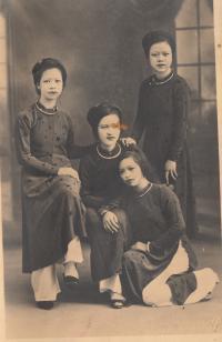 biologická matka Nhung (dole) se sestrami