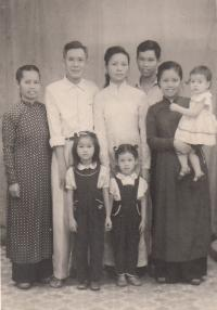 Nhung s rodinou, matka1, otec, Nhung, matka2 s dcerou Nhung, dole dvě sestry Nhung