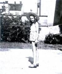 Eliška doma na zahradě, těsně před válkou.