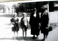 S bratrem, babičkou a matkou