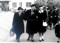 S ženami, které ji zachránily a s bratrem
