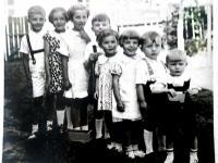 S dětmi příbuzných, třetí zleva