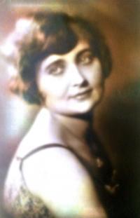 Matka Elišky, Emílie Bartoňová, před válkou