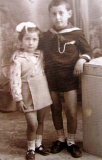 Aikaterini Sgourdeou - s bratrem, 1939, Samos
