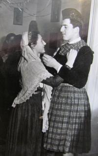 Aikaterini Sgourdeou - Řecko, Lefkada, 1955, karneval, řecký kroj pro nevěstu