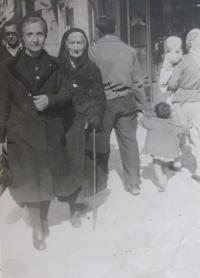 Aikaterini Sgourdeou - maminka a babička, Atény, 1950