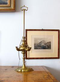 Svícen, do držáků se nalil olej, do oleje se dal knot, který pak hořel