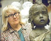 Sochařka Marie Uchytilová, manželka Jiřího Hampla s jednou ze soch