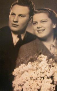 Svatební foto rodičů (1942)