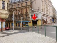 Pod tímto podloubím (roh dnešních ulic Sokolské a 5. května) byla Petra Erbanová dne 21. 8. 1968 postřelena vojákem okupačních armád